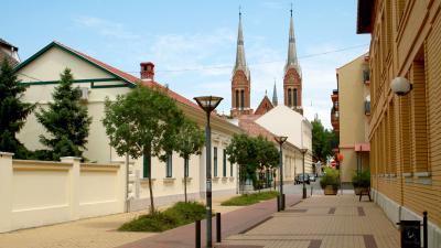 Justh Gyula utca a katolikus templommal